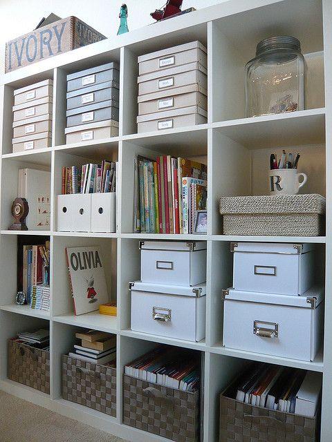 Organiserar bokhyllan